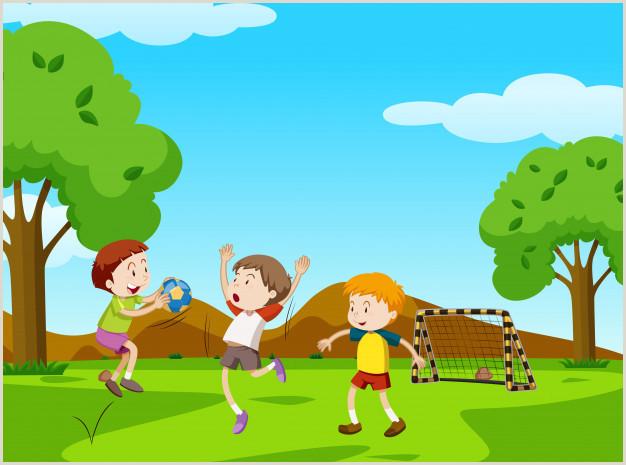 Tres ni±os jugando a la pelota en el parque
